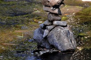 Steinm�nnchen in der Dreisam bauen