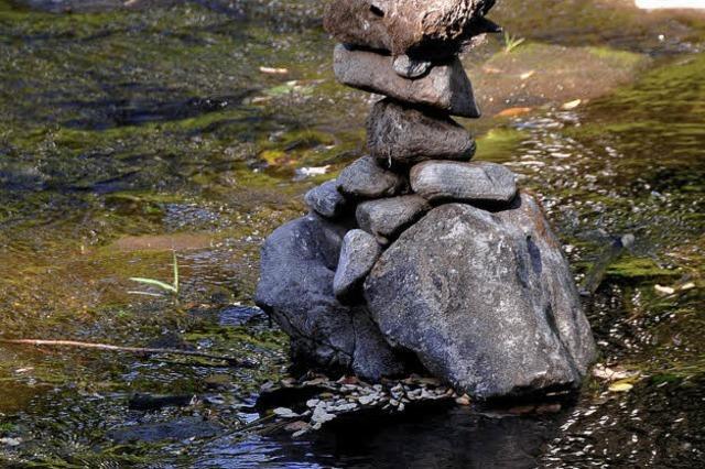 Steinmännchen in der Dreisam bauen