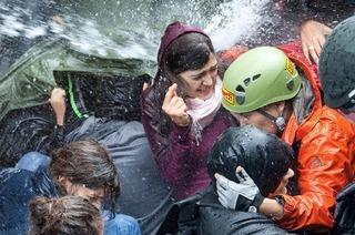 Polizei versucht, Schlossgarten mit Tränengas und Wasserwerfern zu räumen