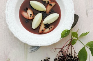 Holundersuppe mit Äpfeln