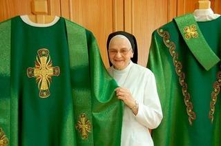 Gengenbacher Franziskanerinnen besticken Papstgewand