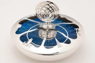 Stadt Freiburg überreicht dem Papst eine solargetriebene Silberschale