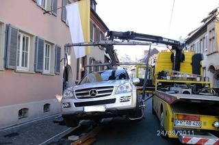 Abschleppdienst muss Helmut Kohls Auto aus Bächle bergen