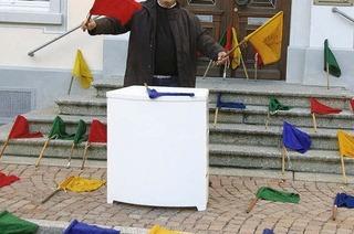 Einer mit einer Botschaft auf bunten Stofftüchern