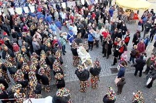 Beim Hexenfraß in Offenburg fliegen die Würste tief