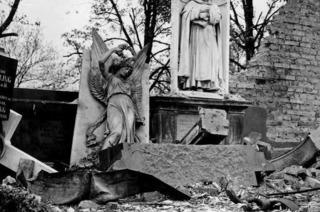 Bomben auf den Friedhof