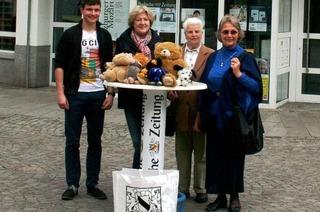 Teddy Bear Toss beim EHC Freiburg: Fans werfen 1700 Kuscheltiere aufs Eis