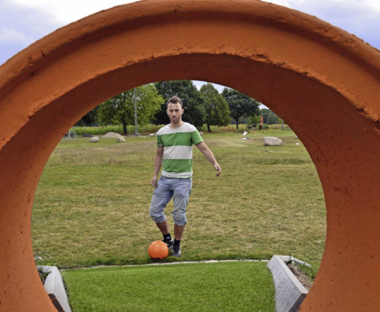 ein ball ein fu ein hindernis soccerpark ortenau spa f r die ganze familie badische. Black Bedroom Furniture Sets. Home Design Ideas