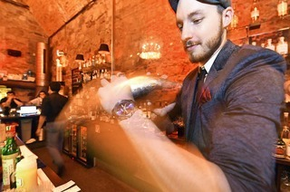"Cocktail-Kurs in der Hemingway-Bar: So mixt man einen ""Aviation"""