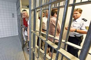 Leser können im Arrest auf dem Polizeirevier Süd Probesitzen