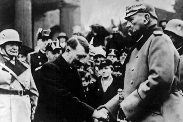 Generalfeldmarschall und Reichspräsident Paul von Hindenburg ließ Hitler gewähren