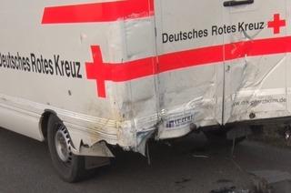 DRK-Rettungswagen kollidiert mit Kleinbus bei Riegel – Sieben Menschen verletzt