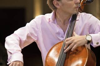 Cellist Fjodor Elesin gibt Feierabendkonzerte in der Villa Ferrette in St. Blasien