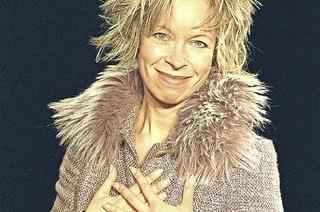 Cavewoman alias Stefanie B. Fritz gastiert im Gloria-Theater Bad Säckingen