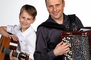 """Vadim Fedorov und sein Sohn Sergey mit Akkordeon und Gitarre bei der """"Musik zur Marktzeit"""" in Rheinfelden"""