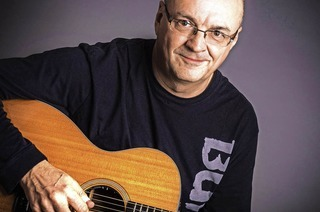 Der belgische Fingerstyle-Gitarrist Jacques Stotzem tritt in Wehr auf