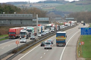 Autofahrer müssen mit Stau auf der A5 zwischen Efringen-Kirchen und Weil am Rhein rechnen