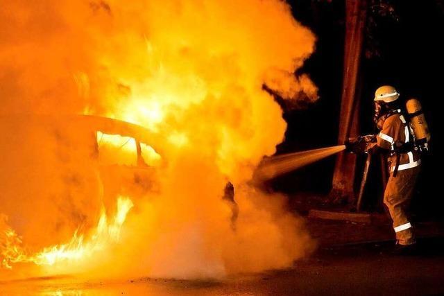 Auto brennt auf der A5 zwischen der Autobahnausfahrt Freiburg-Nord und Teningen aus