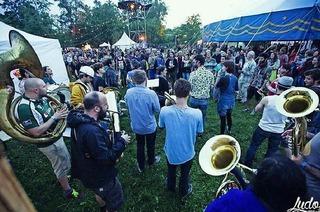 40 Bands auf drei Bühnen im Garten der zwei Ufer