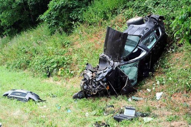 Audi mit Freiburger Kennzeichen hebt auf der A 5 ab: vier Verletzte