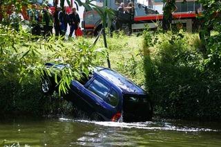 Frau landet mit ihrem Kleinwagen im Mühlbach