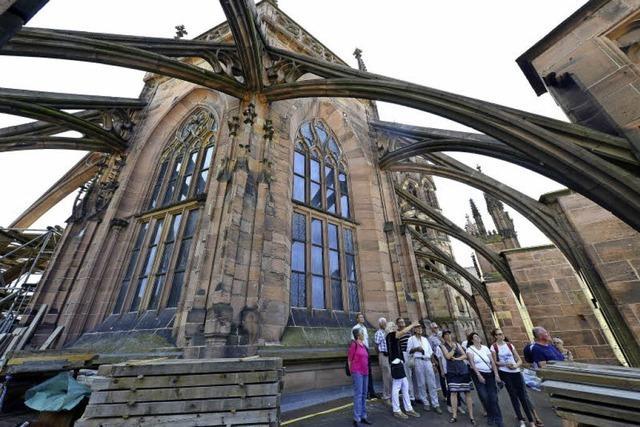 Münsterbaumeisterin Yvonne Faller führt BZ-Leserinnen und Leser über den Chorumgang
