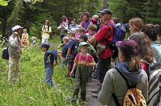BUND geht mit Kindern auf einen Parcours durch den Röttler Wald