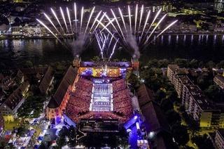 Vom 21. bis 29. Juli treten Blasmusiker, Tambouren und Tänzerinnen auf dem Basler Kasernenplatz auf