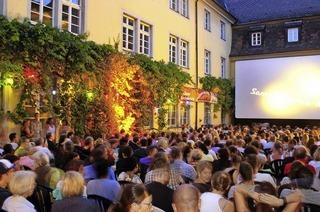 Filmfans genießen Sommernächte draußen