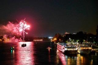 Großes Feuerwerk über dem Rhein beim Breisacher Weinfest