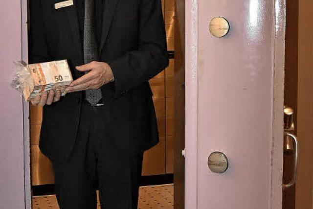 Hinter der Tresortür der Raiffeisenbank in Gundelfingen verbirgt sich so manches Geheimnis