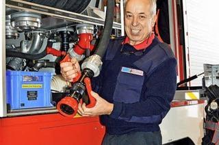 Hinter dem Tor der Feuerwehr kümmert sich Franz Müller um die Fahrzeuge