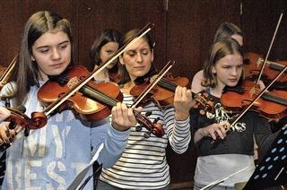 Gitarrenschüler spielen in Gundelfingen