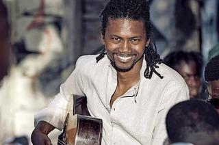 Der senegalesische Gitarrist Hervé Samb spielt im Jazzhaus