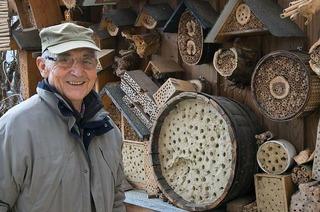 Rainer Sacker aus Hügelheim baut Insektenhotels für Wildbienen