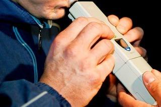 Betrunkener versucht, beim Promille-Test aus dem Messgerät zu trinken