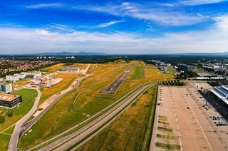 Die Spiegelvariante könnte die Zukunft des Flugplatzes gefährden