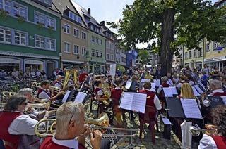 Blasorchester und Akkordeon in der Innenstadt
