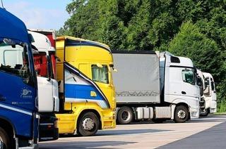 Wann darf ein Lastwagen einen anderen überholen – und wie lange?