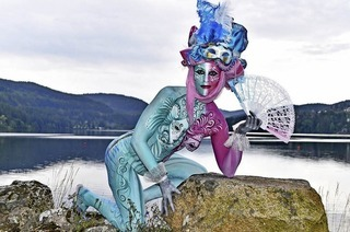 Beim Bodypainting-Festival bemalen Künstler menschliche Körper