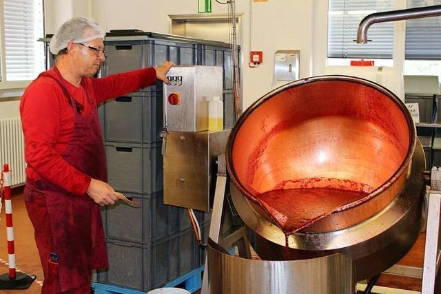 Wie Schwarzwald-Marmelade im Kupferkessel gekocht wird