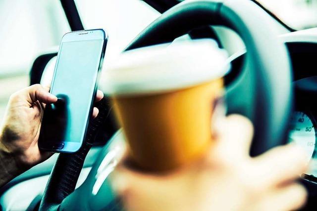 Darf man das Handy am Steuer in die Hand nehmen, um eine WhatsApp-Nachricht zu lesen?