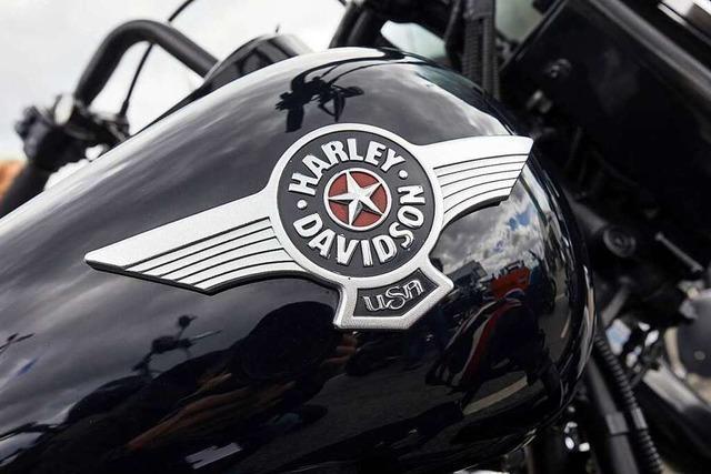 Parkplatzstreit: Muskulöser Harley-Fahrer zerreißt einem Mann das Hemd