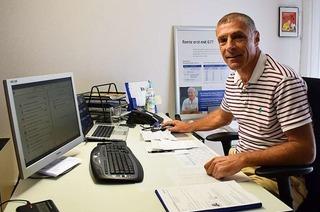 Dieser Mann ist Versicherungsvermittler und macht seinen Job gern