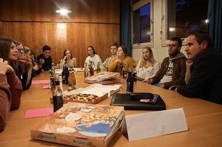 """""""Politik und Pizza"""" lockt 80 junge Leute zur Bürgermeister-Fragerunde"""