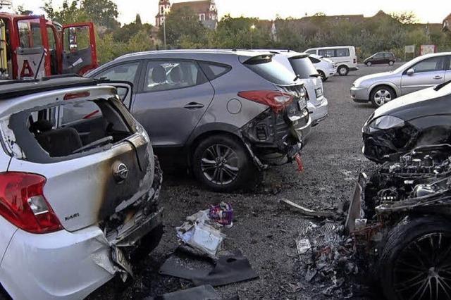 Fünf Autos stehen in Flammen