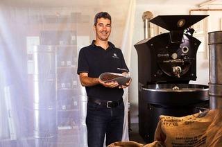 Marco Burkhart röstet am Kaiserstuhl Kaffee