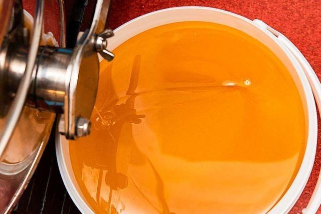 Video: Wie wird Honig abgefüllt?