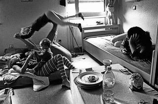 """""""Auf der Schwelle - Leben im Frauenhaus"""" mit Fotografien von Brigitte Krämer im Landratsamt Lörrach"""