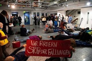 Müllheimer protestierten im Rathaus gegen Holzfällarbeiten im Eichwald